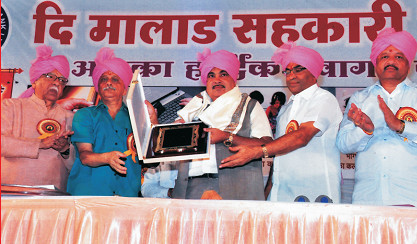 Shri. Nitin Gadkari being presented a memento